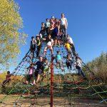 Viele Kinder auf einem Klettergerüst