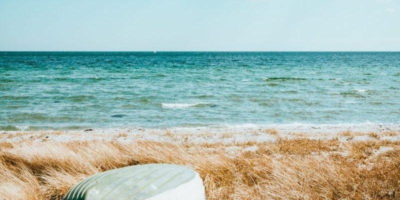 Strand und Meer mit Boot