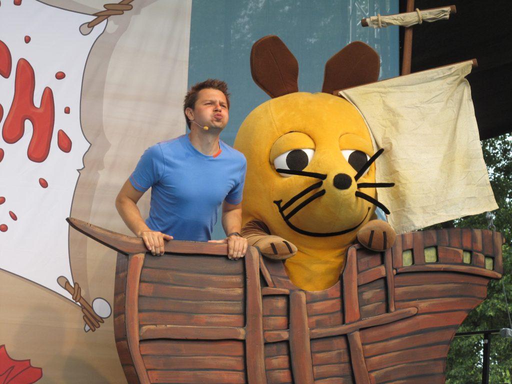 Mann und Maus in einem Boot auf der Bühne